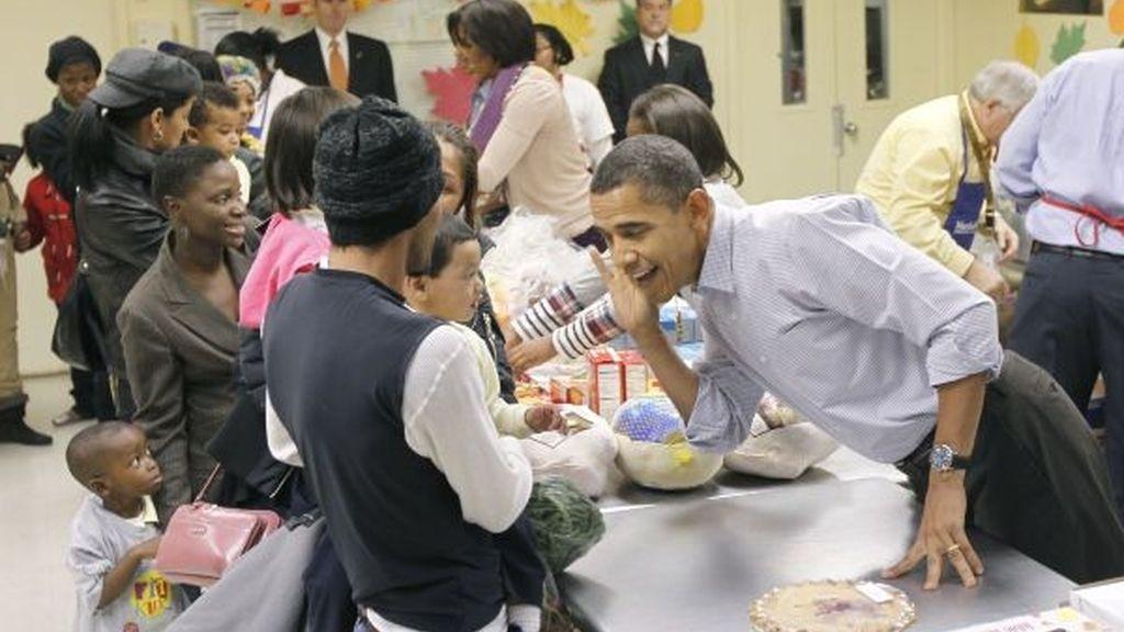 El Presidente y su familia empaquetan comida