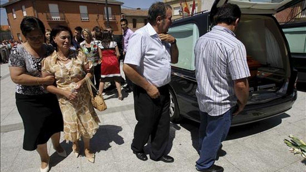 Los padres de la joven cooperante salmantina Soraya Macías, que perdió la vida esta semana en Perú junto a otras tres voluntarias de una ONG, dan el último adiós en una ceremonia religiosa en la iglesia de su pueblo, Gomecello, en un acto en el que está prevista la asistencia de representantes institucionales. EFE
