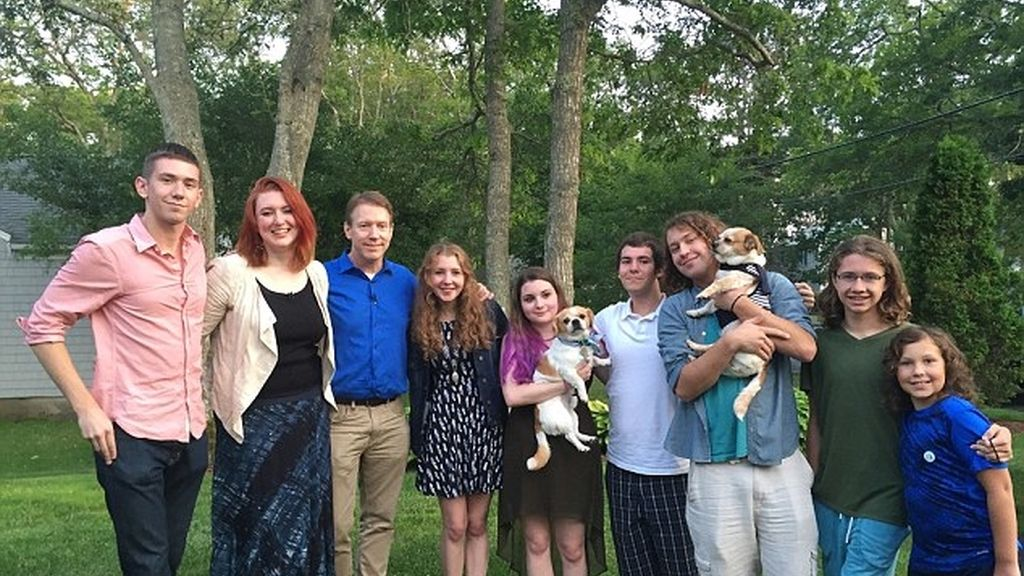 El superpapá Todd Whitehurst se reúne con ocho de sus hijos