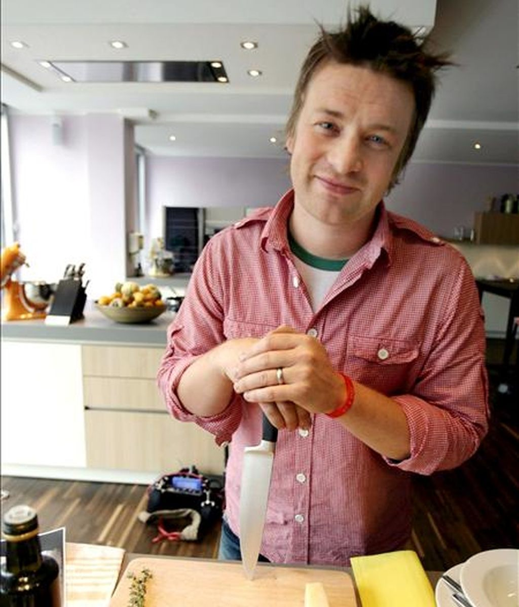 """El cocinero estrella de la televisión británica Jamie Oliver posa durante la presentación de su último libro 'Jamies culinary school - Everybody can cook"""" (La Escuela Culinaria de Jamie, Todo el mundo puede cocinar"""", en Duesseldorf, Alemania. EFE/Archivo"""
