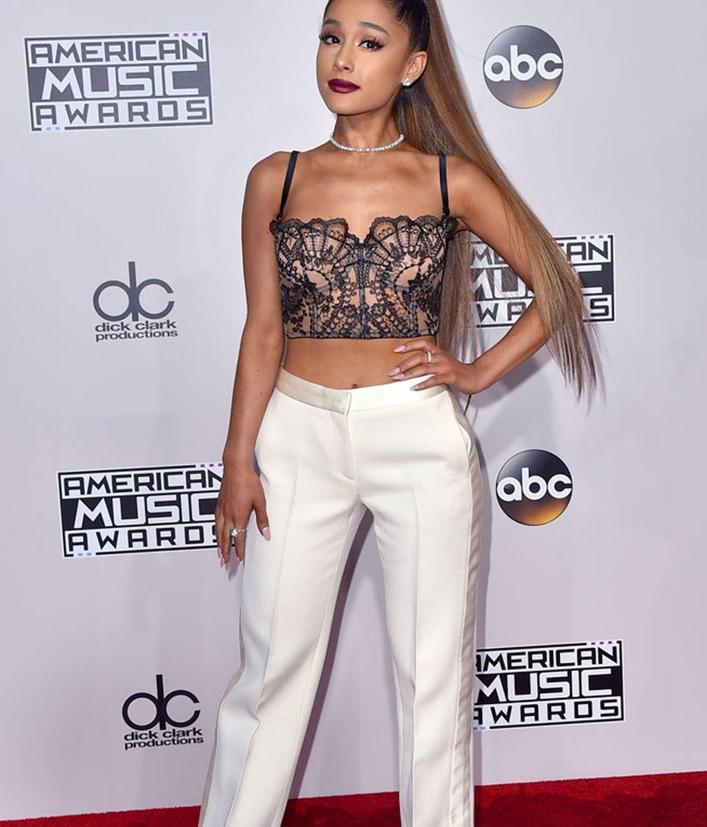 El 'must' de Ariana Grande: crop top negro y pantalón blanco
