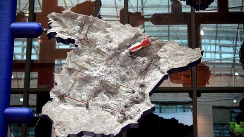 España es representada cubierta de cemento. Foto: EFE