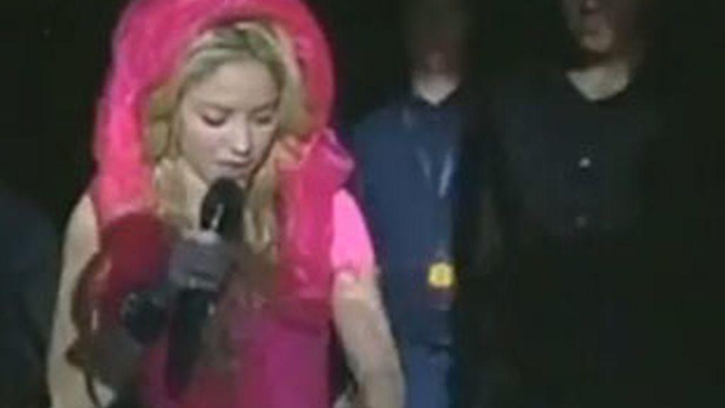 Shakira pierde el anilo mientras saluda a unos fans.