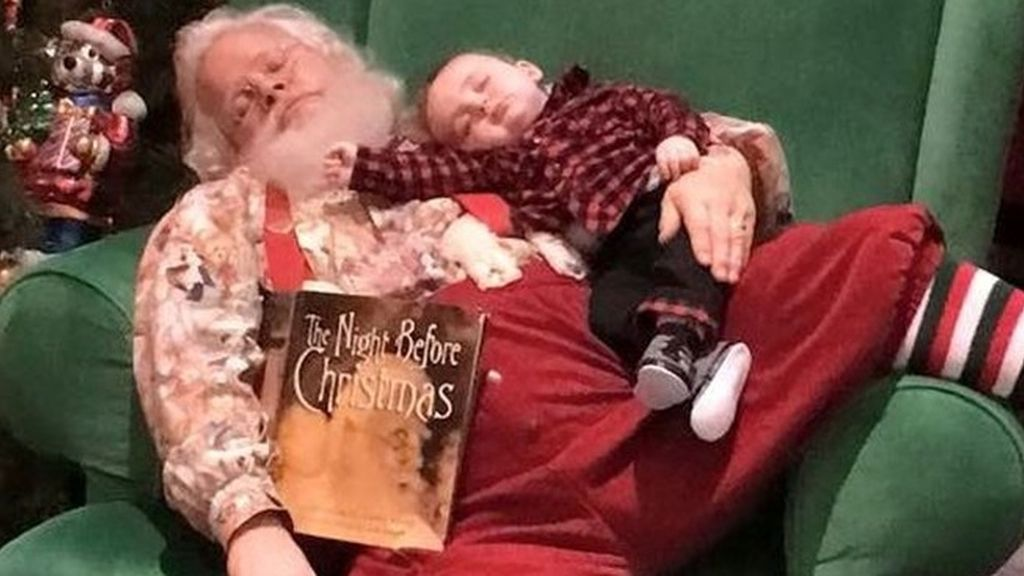 Ternura navideña: el bebé que usa a Santa Claus de almohada