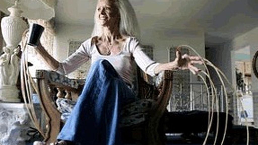 Lee Redmond exhibe sus uñas de más de ocho metros de largo