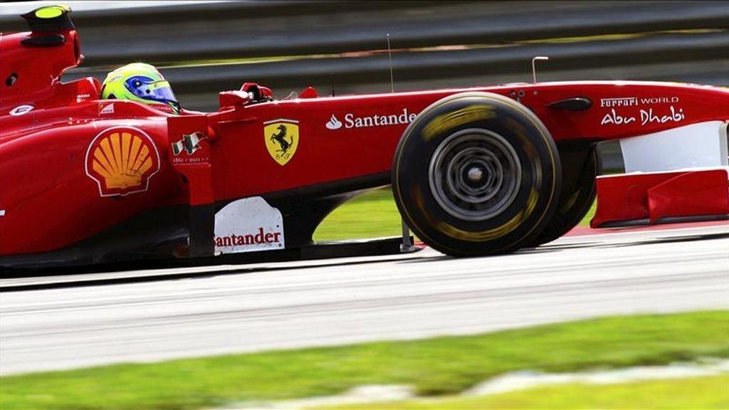 El piloto brasileño de Fórmula Uno Felipe Massa, de Ferrari, participa en la segunda sesión de entrenamientos libres para el Gran Premio de Malasia de Fórmula Uno en el circuito internacional de Sepang, a las afueras de Kuala Lumpur (Malasia). La carrera se disputará el próxmio 10 de abril de 2011. EFE
