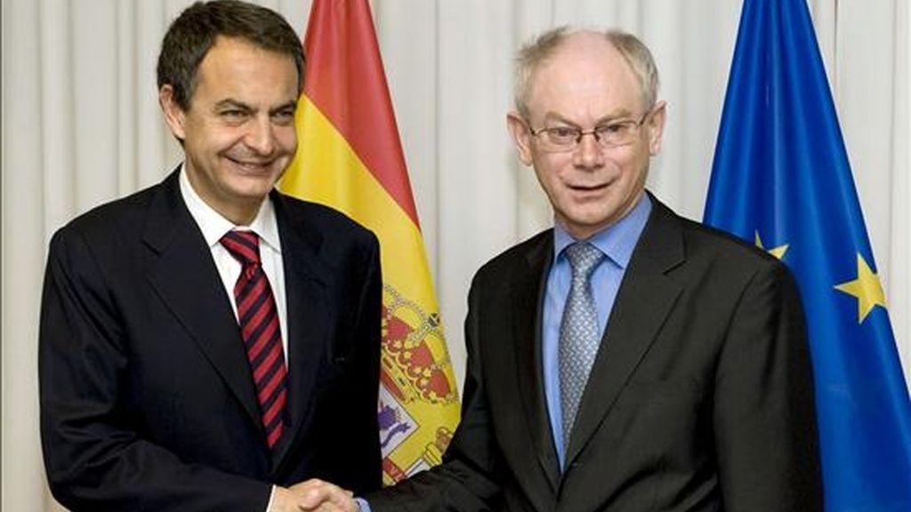 El presidente del Gobierno español, José Luis Rodríguez Zapatero (i), junto al presidente del Consejo Europeo, Herman Van Rompuy (d), durante una reunión bilateral que mantuvieron hoy, antes del inicio de la cumbre de gobernantes de la UE que comienza esta tarde con la intención de aprobar las líneas generales de un nuevo plan destinado a superar definitivamente la crisis y dotar a Europa a medio plazo de un crecimiento económico más sostenible. EFE/Horst Wagner