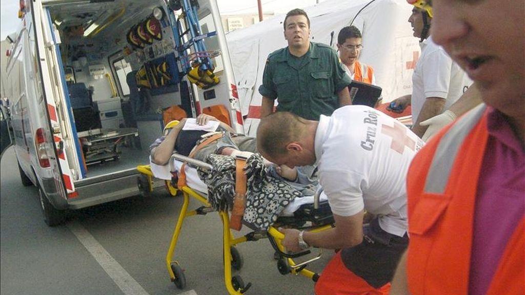 La Cruz Roja se lleva en camilla a un herido en Lorca tras el terremoto de 5,2 grados que ha sacudido la región de Murcia y que ha provocado diez fallecidos, según ha informado la Comunidad Autónoma de Murcia, en esa ciudad, tercera en población en la Región y capital del Valle del Guadalentín. EFE