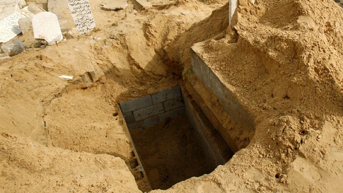 Un anciano cava su propia tumba por mera afición