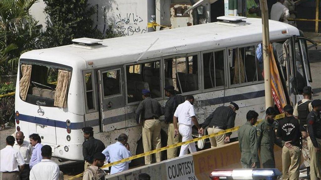 Efectivos de las fuerzas de seguridad paquistaníes inspeccionan un autobús de la Marina dañado en un atentado con bomba en la mayor ciudad de Pakistán, la sureña Karachi, hoy jueves 28 de abril de 2011. EFE