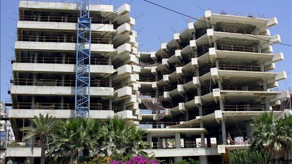 El 90% de las empresas industriales españolas tiene actualmente algún problema de liquidez y el 25% de ellas se encuentra en situación delicada por el retraso en el cobro de la deuda de sus clientes. En la imagen de archivo viviendas en construcción en Estepona (Málaga). EFE/Archivo