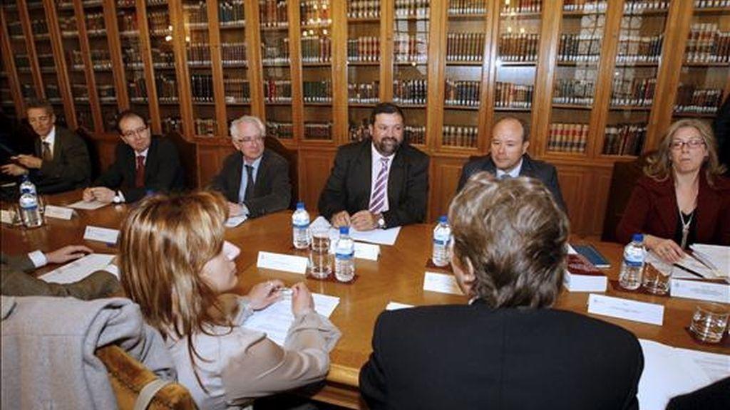 El ministro de Justicia, Francisco Caamaño (fondo-c), durante la reunión que mantuvo hoy con las organizaciones de secretarios judiciales. EFE