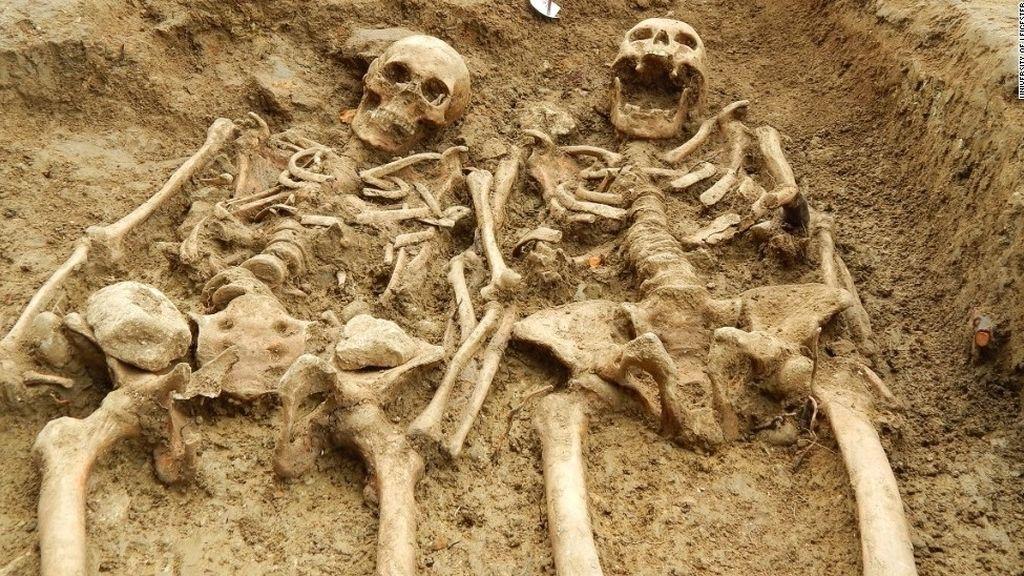 Encuentran dos esqueletos agarrados de la mano con casi 700 años