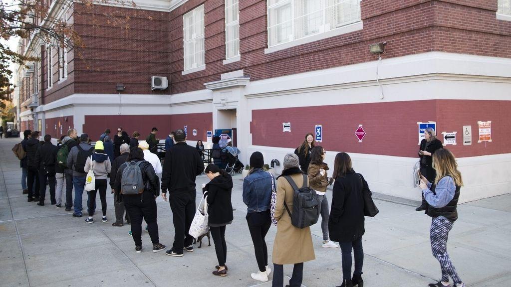 Los votantes hacen cola a las puertas de un colegio electoral en Nueva York, EEUU