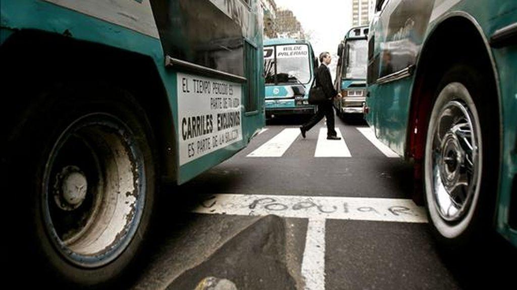 El accidente ocurrido el pasado día 2 en el centro de Lomas del Mirador, una populosa zona del cinturón de Buenos Aires, ha disparado las alarmas sobre la situación de los colectivos (autobuses urbanos) y los hábitos de los conductores. EFE/Archivo