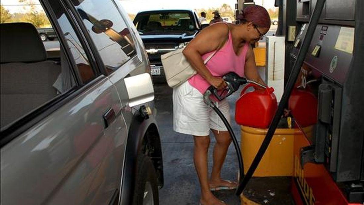 Los combustibles han abierto la escalada de subidas, con aumentos del 2,5 al 7 por ciento esta semana. EFE/Archivo