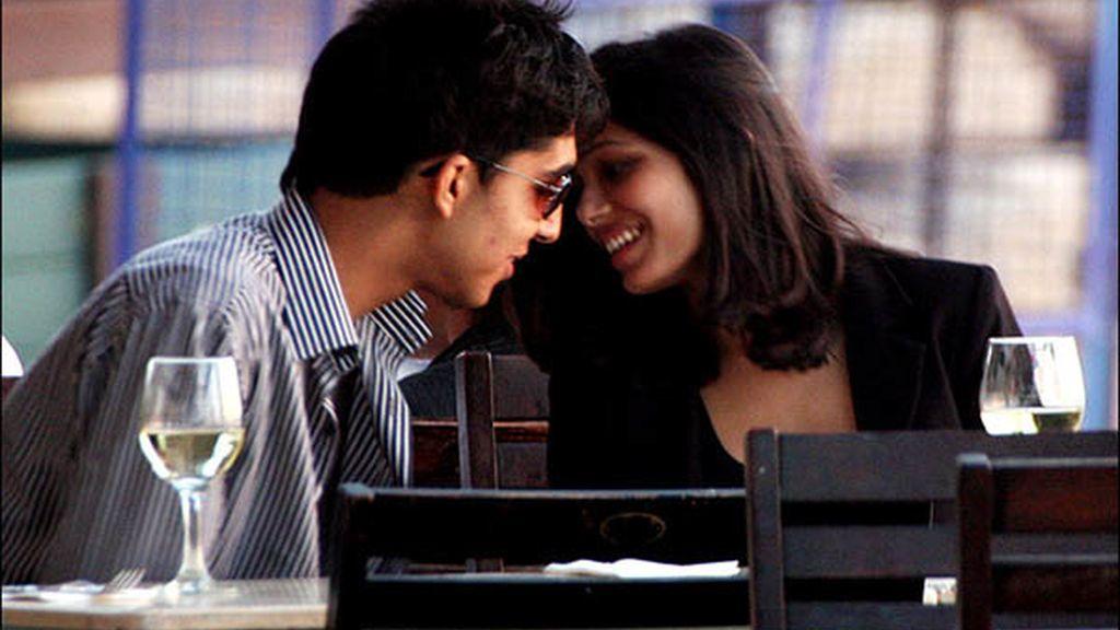 Freida y Dev, protagonistas de Slumdog Millionaire, han sido fotografiados muy cariñosos en un restaurante de Israel, donde la actriz rueda su nueva película.