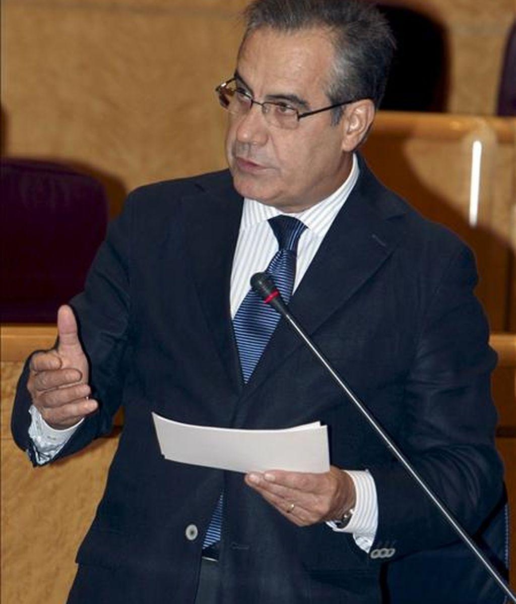 En la imagen, el ministro de Trabajo, Celestino Corbacho, ayer durante su intervención en la sesión de control al Gobierno. EFE/Archivo