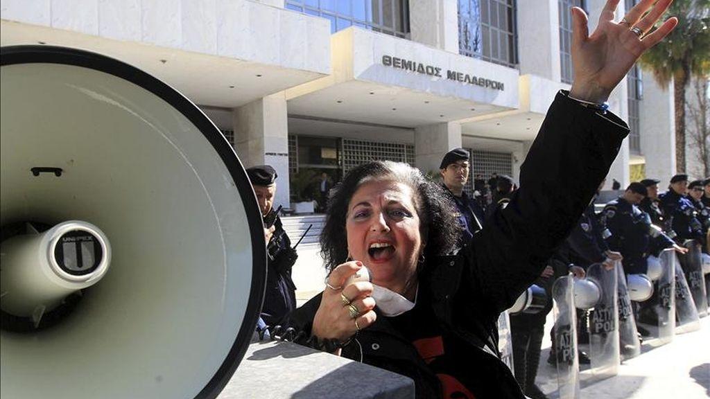 Una trabajadora griego celebra la sentencia pronunciada por el Tribunal Supremo de Grecia, bajo la cual los trabajadores deberán ser recontratados en diferentes agencias y organizaciones del sector público en los que trabajaban anteriormente, en Atenas (Grecia). EFE