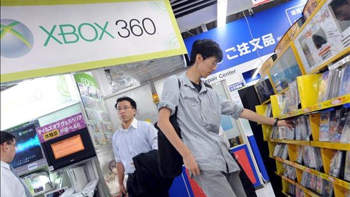 Un joven observa un expositor de consolas y juegos para la Xbox 360 en una tienda del centro de Tokio, Japón. EFE/Archivo