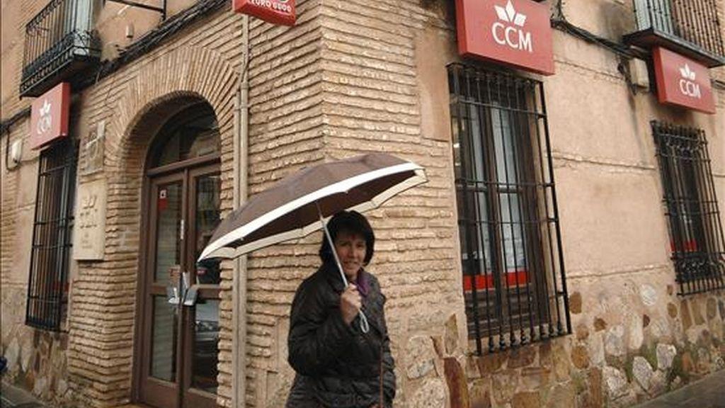 Una mujer pasa delante de la sucursal de Caja Castilla-La Mancha (CCM) de Almagro (Ciudad Real). EFE/Archivo