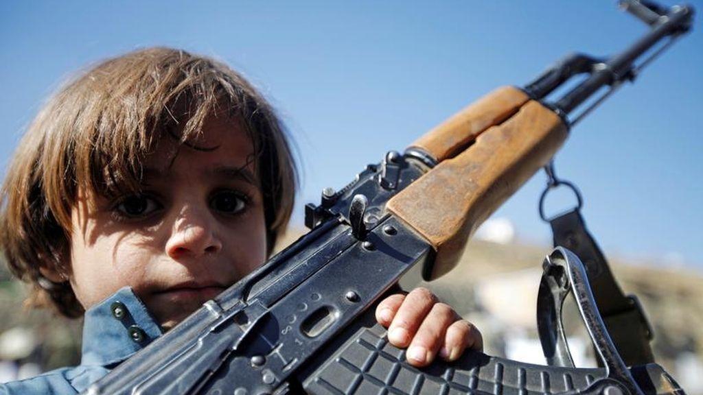 Un niño sostiene un arma en Yemen