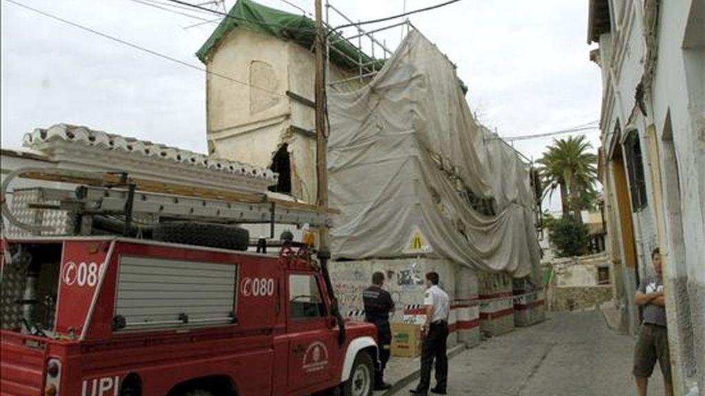 Una persona, que aún no ha sido identificada ha muerto hoy en Granada en un incendio registrado en una vivienda en desocupada de dos plantas en la calle San Juan de los Reyes que obligó al desalojo de varias casas próximas. En la imagen, fachada la casa siniestradacon cubierta de andamios. EFE