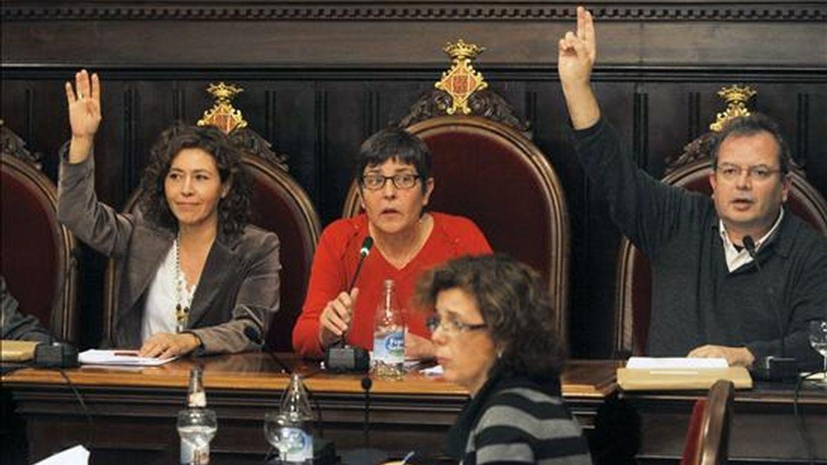 En la foto, la portavoz de ERC, Cristina Alsina (i), vota a favor de la moción, ayer. A su lado la alcaldesa, Anna Pagans (c), y el portavoz de Iniciativa i els Verds, Joan Oloriz (d). EFE