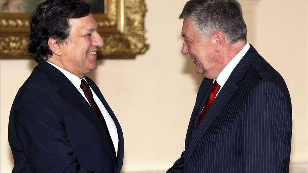 El presidente de turno de la terna presidencial bosnia, Nebojsa Radmanovic (dcha), estrecha la mano al presidente de la Comisión Europea, Jose Manuel Durao Barroso (izq), durante un encuentro celebrado hoy, viernes, 8 de abril de 2011, en Sarajevo (Bosnia-Herzegovina), en el ámbito de la visita de un día de duración que Barroso ha realizado a la capital bosnia. EFE