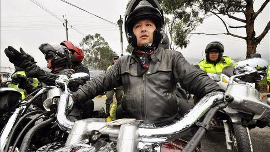 """El director del programa radiofónico """"Voces del Secuestro"""", el periodista colombiano Herbin Hoyos (c), lidera una llamativa caravana de motociclistas que se ha embarcado en la aventura de recorrer Colombia para exigir la liberación de todos los rehenes. EFE"""