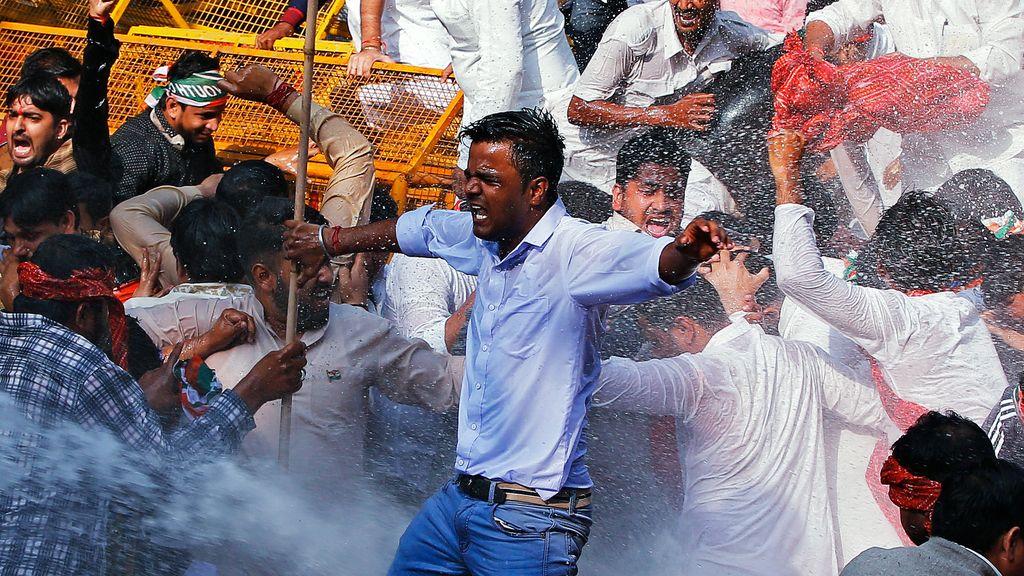 La Policía reprime con chorros de agua una manifestación en India