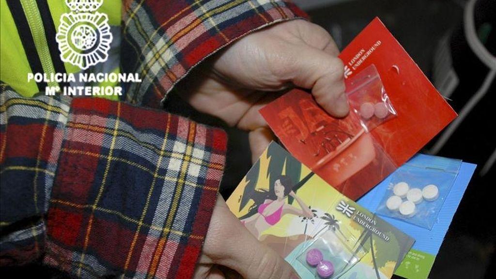 Fotografía facilitada por la Policía Nacional, que ha detenido a cuatro personas en Olivella (Barcelona) acusadas de confeccionar y distribuir por Internet drogas de diseño, en una operación que ha supuesto la mayor incautación de drogas sintéticas de la que se tiene constancia en España. EFE