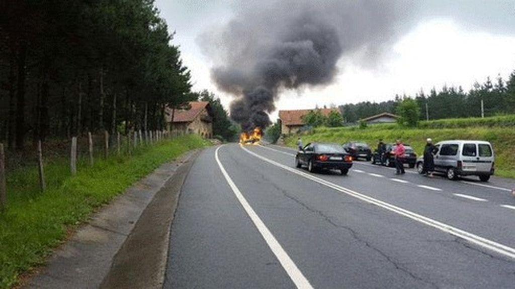 Muere el conductor de un vehículo tras chocar contra una casa e incendiarse en Vizcaya