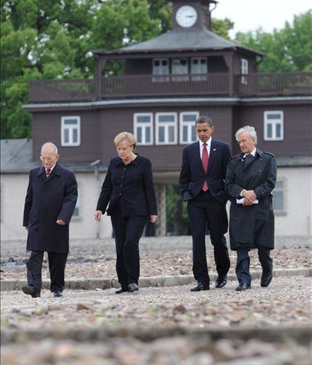 El presidente de EEUU, Barack Obama (2º dcha.), y la canciller alemana, Angela Merkel, visitan el campo de concentración de Buchenwald junto a los supervivientes Elie Wiesel (dcha.) y Bertrand Herz. EFE