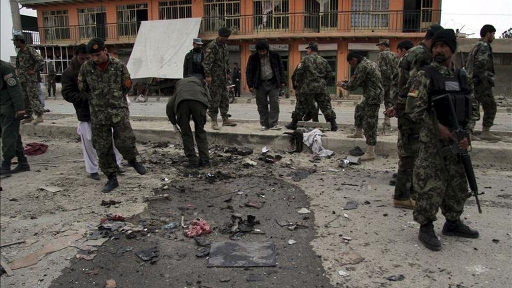 Soldados afganos inspeccionan la escena tras el atentado suicida registrado en Kabul (Afganistán), el pasado sábado 9 de abril. EFE/Archivo