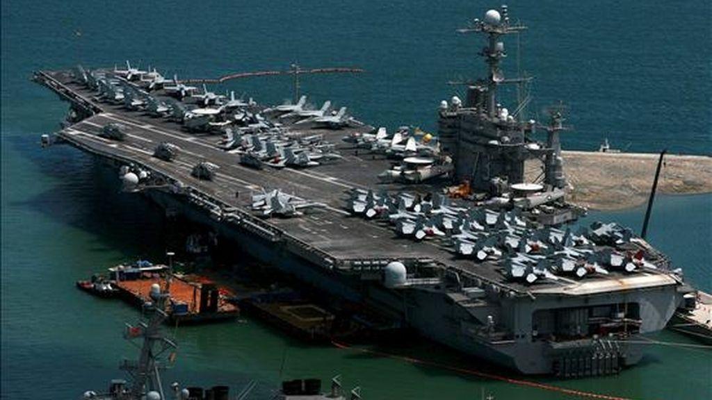 """Vista del portaaviones nuclear estadounidense George Washington, en Busan (Corea del Sur), hoy, 21 de julio. La secretaria de Estado de EEUU, Hillary Clinton, anunció hoy en Seúl que su país impondrá nuevas sanciones contra Corea del Norte, cuyas relaciones con Corea del Sur empeoraron tras el hundimiento de la corbeta surcoreana """"Cheonan"""" en marzo. EFE"""