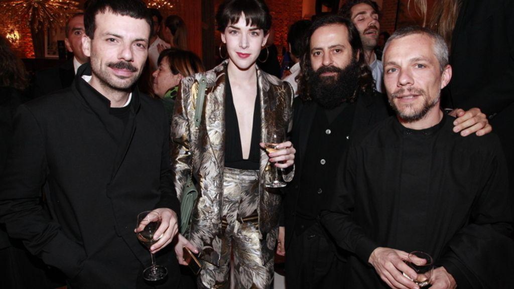 Brianda Fitz-James Stuart con los artistas Rubenimichi