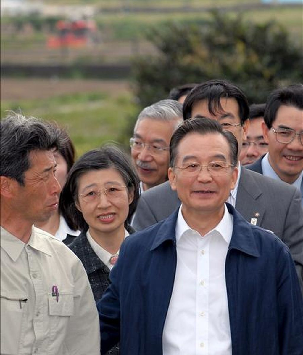 El primer ministro chino, Wen Jiabao (c), durante una visita a una granja en Kyoto (Japón). Jibao asistirá a la LXV Asamblea General de la ONU. EFE/Archivo