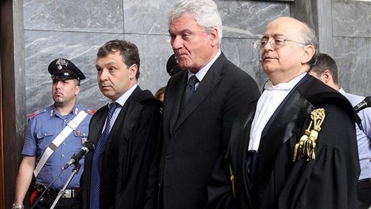 El ministro sin cartera para la Ejecución del Federalismo de Italia, Aldo Brancher (c), junto a sus abogados en la sala de un tribunal de Milán (Italia) hoy, lunes 5 de julio. Brancher se enfrenta a los cargos de apropiación indebida y blanqueo de dinero. y hoy ha anuncido su dimisión, poco más de dos semanas después de que el jefe del Ejecutivo, Silvio Berlusconi, lo nombrara para el cargo. EFE