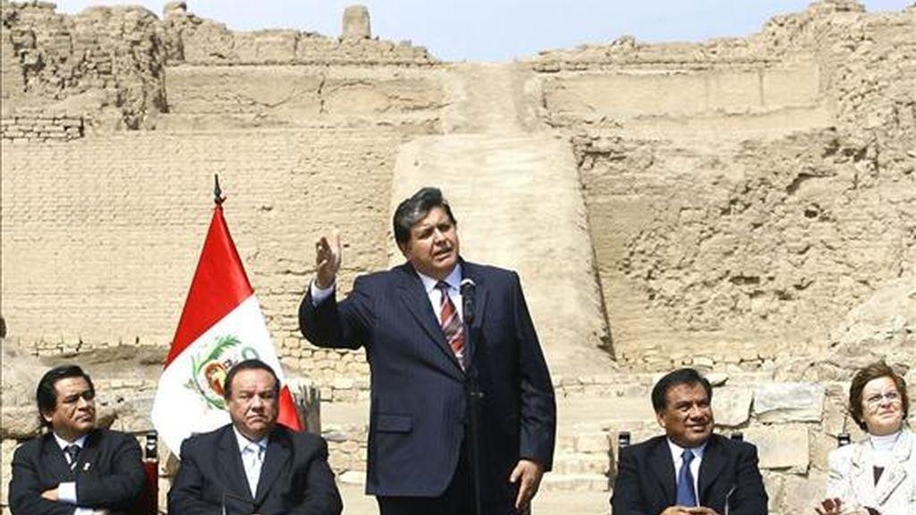 El presidente peruano, Alan García (c), participa este 21 de julio en la ceremonia de promulgación de la ley por la que se crea el Ministerio de Cultura por primera vez en este país. EFE