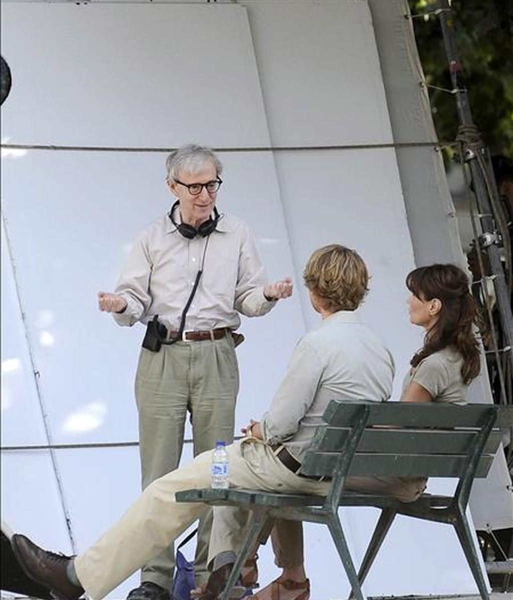 """El director estadounidense Woody Allen (c) habla con la primera dama francesa Carla Bruni-Sarkozy (d) y el actor estadounidense Owen Wilson (2-d) en la plaza Juan XXIII, detrás de la catedral de Notre Dame, durante el rodaje de su película """"Media noche en París"""", el pasado miércoles. EFE"""