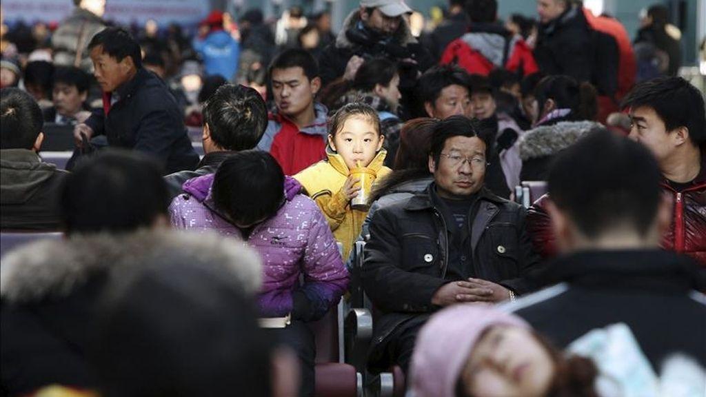 Una multitud de ciudadanos chinos esperan la salida de su tren la estación de ferrocarril de Pekín (China). EFE/Archivo
