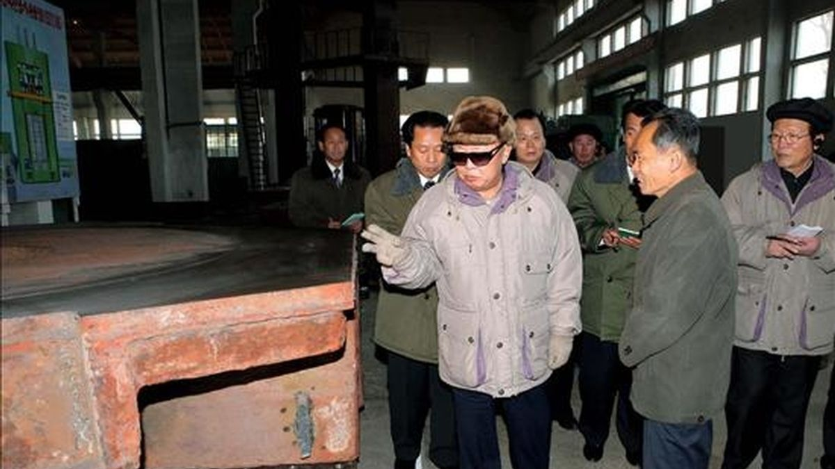 Fotografía sin fechar cedida por la Agencia Central de Noticias Coreana que muestra al líder coreano, Kim Jong-il, mientras inspecciona el Complejo Industrial de Minas Ranam ubicado en la provincia Hamkyong del Norte (Corea del Norte). EFE