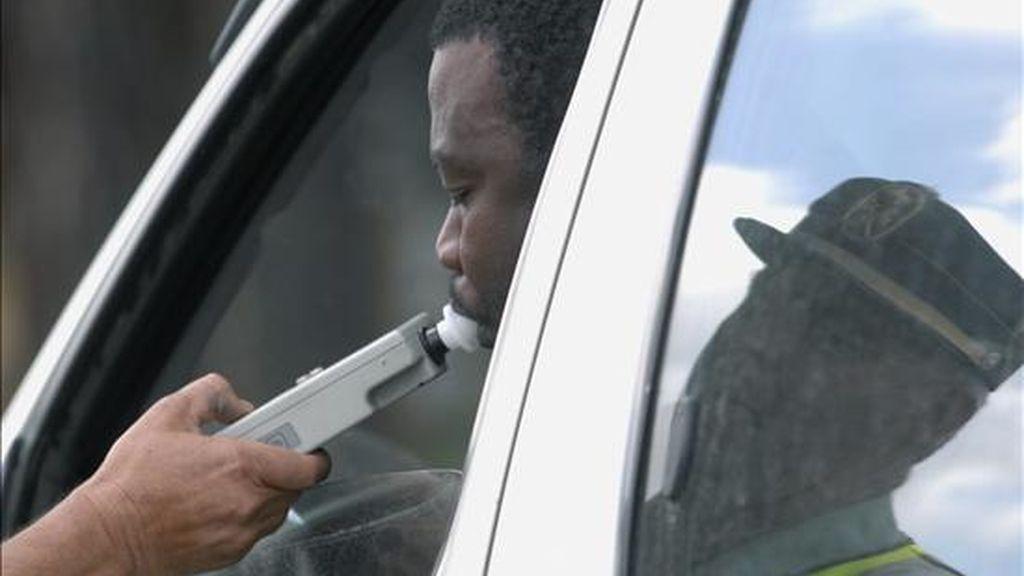 Un conductor realiza el test de alcoholemia en un control de la Guardia Civil de Tráfico. EFE/Archivo