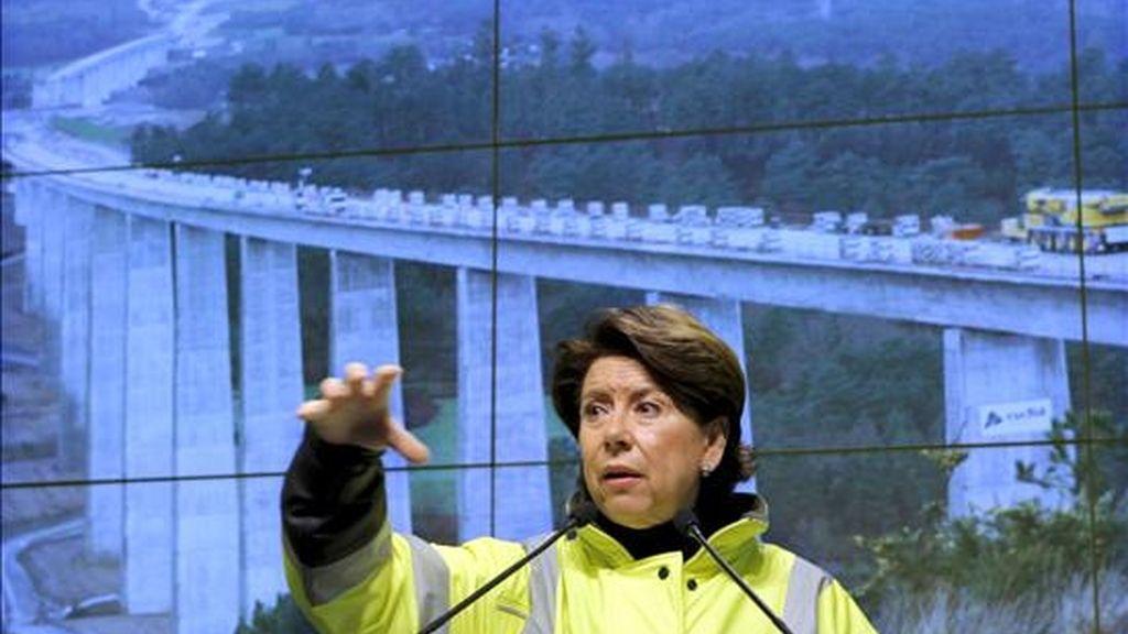 La ministra de Fomento, Magdalena Álvarez, durante su intervención tras la visita que ha realizado a la obras del Eje Ourense-Santiago de la Línea de Alta Velocidad Madrid-Galicia, esta manaña en la localidad pontevedresa de Silleda. EFE