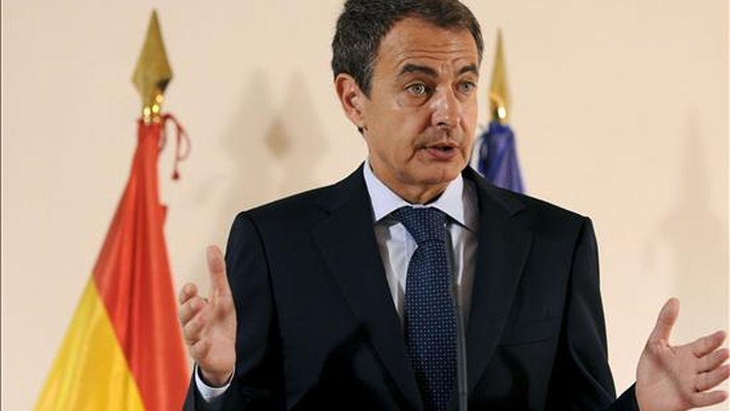 El presidente del Gobierno, José Luis Rodriguez Zapatero, pronuncia su discurso durante la visita que realizó hoy a las obras de la estación provisional para el AVE en León. EFE