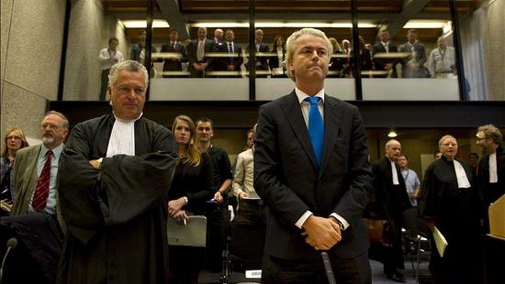 El diputado hiolandés antimusulmán Geert Wilders (dcha) asiste a su juicio en Amsterdam (Holanda) hoy, lunes, 4 de octubre de 2010. EFE