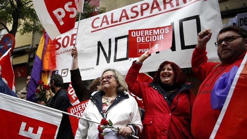 Militantes socialistas delante de Ferraz