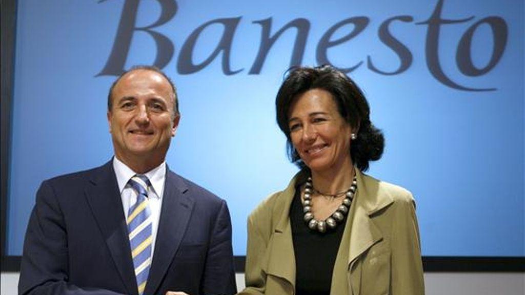 """El ministro de Industria, Turismo y Comercio, Miguel Sebastián, y la presidenta de Banesto, Ana Patricia Botín, se saludan momentos antes de participar hoy en el """"Foro Banesto Lidera"""", celebrado en Madrid. EFE"""