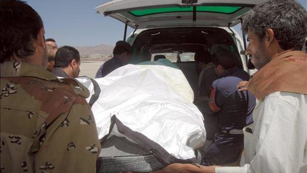 Soldados yemeníes trasladan el cadáver de una mujer surcoreana hoy martes 16 de junio en Sanaa (Yemen). Dos alemanas y una surcoreana secuestradas en el Yemen el pasado viernes, junto con otros seis extranjeros, fueron halladas ayer muertas en el noroeste del país, mientras que dos niñas del grupo de rehenes han sido encontradas vivas. EFE
